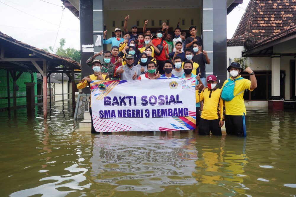 SMA Negeri 3 Rembang Laksanakan Bakti Sosial di Desa Mintobasuki