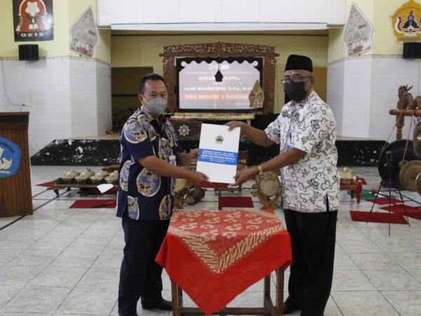 Serah Terima Jabatan Kepala Sekolah Sukarno, M.PFis Kepada Alek Suhartono, S.Pd, M.Pd